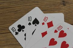 Карточки покера на деревянном backround, комплекте десяток клубов, диамантах, лопатах, и сердцах стоковое фото rf