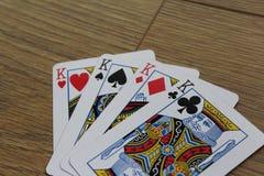 Карточки покера на деревянном backround, комплекте королей клубов, диамантах, лопатах, и сердцах стоковые изображения rf