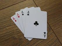 Карточки покера на деревянном backround, комплекте туза клубов, диамантах, лопатах, и сердцах стоковые фото