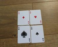 Карточки покера на деревянном backround, комплекте туза клубов, диамантах, лопатах, и сердцах стоковая фотография rf