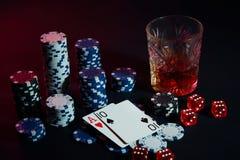 Карточки покера с кубами красиво помещены на таблице, на фоне обломоков покера Стоковое фото RF