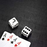 карточки предпосылки черные dices играть Стоковое Изображение RF
