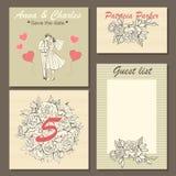 Карточки приглашения свадьбы с нарисованным вручную цветочным узором и милой иллюстрацией пары в стиле шаржа Стоковые Фото