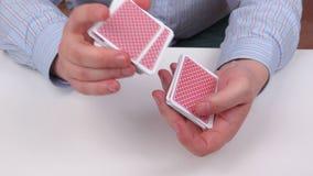 Карточки разделенные человеком играя сток-видео