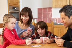 Карточки семьи играя в кухне Стоковые Изображения RF