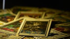 Карточки смерти tarot и дьявол вращаясь по кругу сток-видео