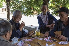 Карточки стариков играя в древнем городе, Сычуань, фарфоре Стоковое Изображение