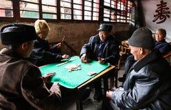 Карточки стариков играя в чайной, Чэнду, фарфоре Стоковые Фото