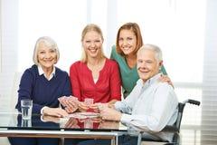 Карточки старших людей играя с внучкой Стоковые Фотографии RF