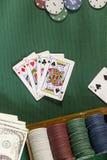 Карточки с рукой покера с обломоками и деньгами Стоковые Фото