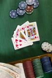 Карточки с рукой покера с обломоками и деньгами Стоковая Фотография