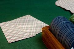 Карточки с рукой покера с обломоками Стоковые Фото
