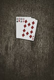 карточки топят играть покер королевский 4 десятки на деревянном столе Стоковая Фотография RF