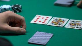Карточки удачливого картежника проверяя, выигрывая комбинация в покере, высотой с туз прямой видеоматериал