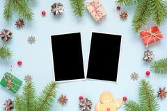 Карточки фото рождества пустые в рамке сделанной из ветвей, украшений и подарочных коробок ели Стоковые Фото
