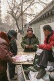 Карточки людей играя в старой улице, Чэнду, фарфоре Стоковое фото RF