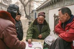Карточки людей играя в старой улице, Чэнду, фарфоре Стоковые Изображения RF