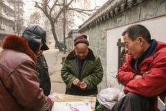 Карточки людей играя в старой улице, Чэнду, фарфоре Стоковые Изображения
