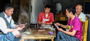Карточки людей играя в чайной, городке miao gao, Сычуань, фарфоре Стоковая Фотография