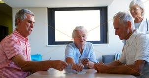 Карточки 4k старшиев играя акции видеоматериалы