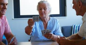 Карточки 4k старшиев играя сток-видео