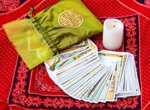 Карточки Tarot и свеча горения Стоковое Изображение