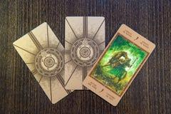 Карточки Tarot на древесине Палуба tarot Labirinth предпосылка эзотерическая Стоковая Фотография RF