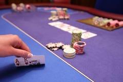 Карточный игрок проверяет руку стоковые изображения rf