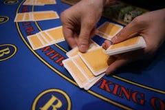 Карточный игрок проверяет руку стоковые фото