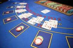 Карточный игрок проверяет руку стоковые фотографии rf