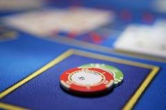 Карточный игрок проверяет руку стоковое изображение rf