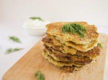 Картошка - блинчики сквоша со сметаной и травами стоковая фотография rf