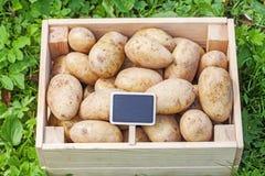 Картошка в деревянной коробке с стоковые фото