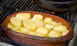 Картошка в сосуде глины Стоковые Изображения