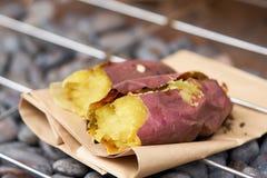 Картошка горит фиолетовую Японию На гриле популярное блюдо японца и прошлого полдня Съешьте горячий в холодном воздухе Холодный с стоковые изображения