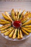 Картошка испеченная чесноком заклинивает с паприкой и сыр пармесаном Фраи картошки на белой плите Стоковые Изображения