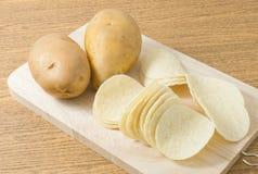 2 картошка и картофельные стружки или хрустящей корочки Стоковые Изображения
