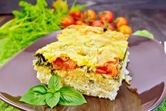 Картошка пирога с томатом и сыром на темной доске Стоковые Изображения
