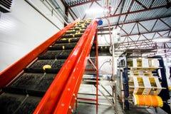 Картошка сортируя, фабрика обрабатывать и упаковки стоковая фотография rf