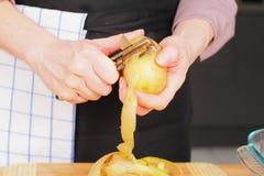 Картошка шелушения Стоковые Фотографии RF