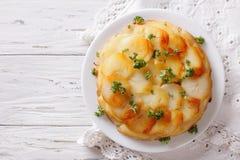 Картошки Анны с маслом на плите горизонтальное взгляд сверху Стоковое Изображение