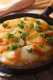 Картошки Анны француза испекли в конце-вверх лотка вертикально Стоковое Изображение RF
