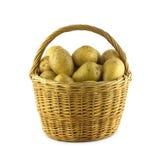Картошки в коричневом крупном плане плетеной корзины изолированном Стоковые Изображения