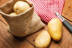 Картошки в сумке мешковины Стоковое Фото