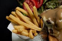 Картошки жарят, барбекю цыпленка комбинированное с овощами на твердой предпосылке Стоковое Изображение RF