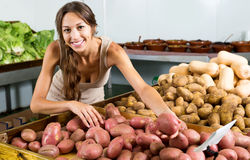 Картошки женщины покупая в продовольственном магазине Стоковые Фото