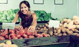Картошки женщины покупая в продовольственном магазине Стоковое фото RF