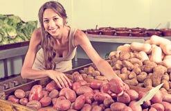 Картошки женщины покупая в продовольственном магазине Стоковое Изображение