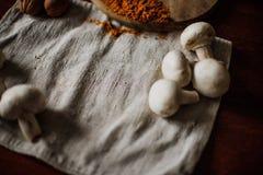 картошки зажаренные цыпленком Резать перед едой Стоковые Изображения