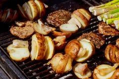 Картошки, и мясо зажарили в духовке на гриле BBQ протыкальников Стоковые Фото